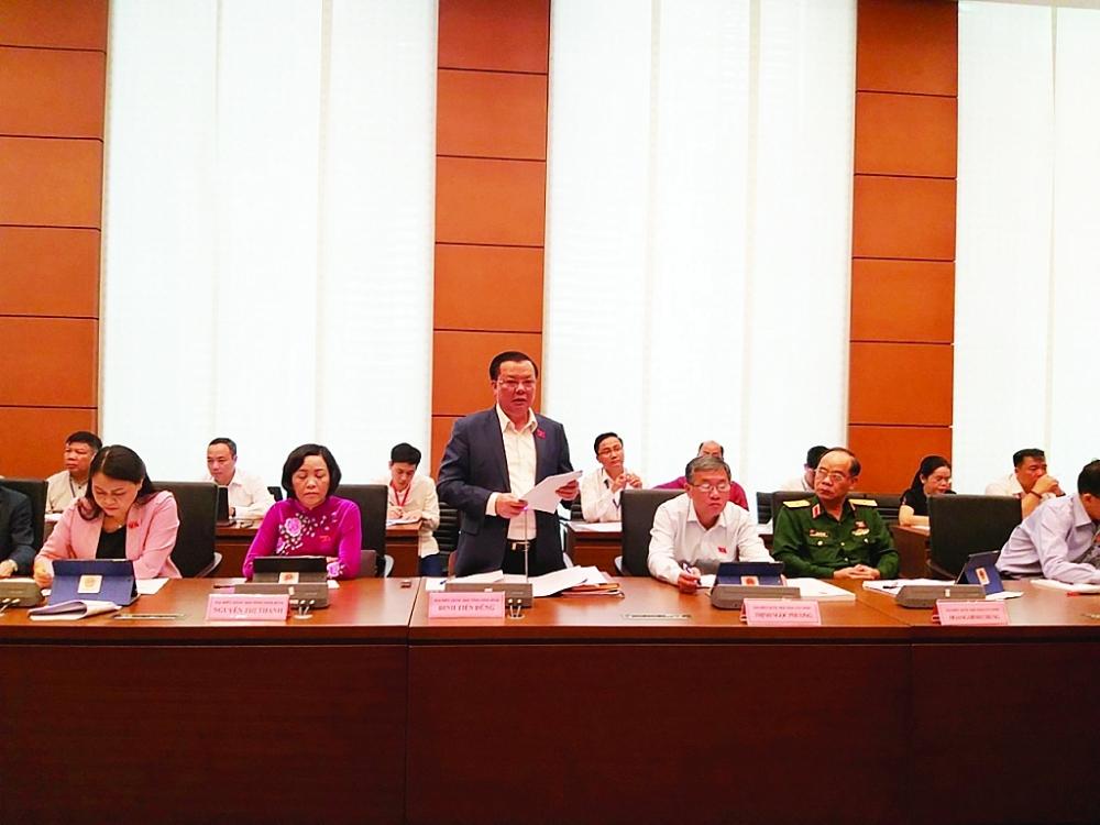 Bộ trưởng Bộ Tài chính Đinh Tiến Dũng phát biểu tại phiên thảo luận tại tổ. Ảnh: N.Thanh
