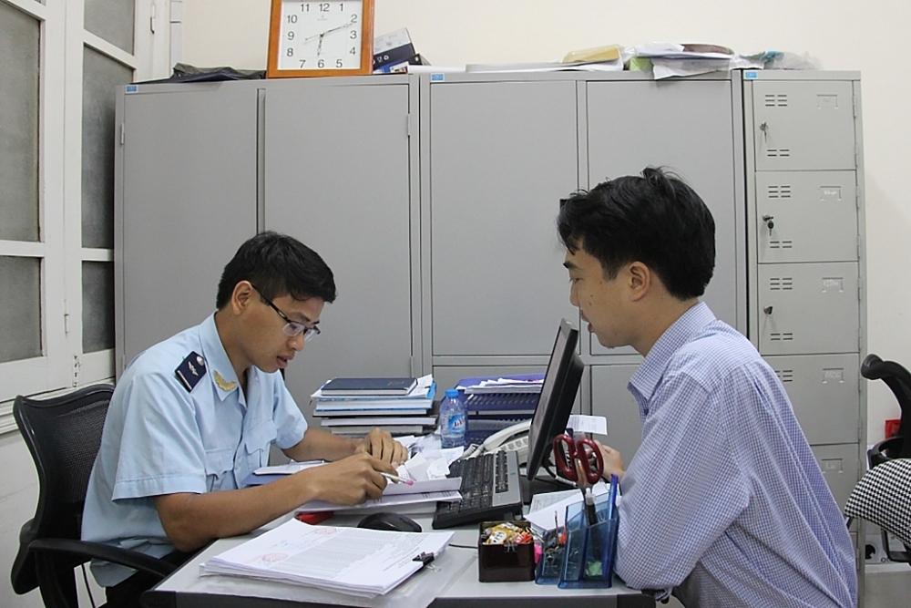 Công chức Cục Hải quan Hải Phòng tư vấn, hướng dẫn cho doanh nghiệp trong quá trình thực hiện thủ tục hải quan. Ảnh: T.Bình