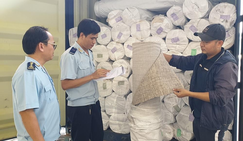 Công chức Chi cục Hải quan quản lý hàng XNK ngoài khu công nghiệp(Cục Hải quan Bình Dương) kiểm tra nguyên liệu NK. Ảnh: Đ.Nguyên