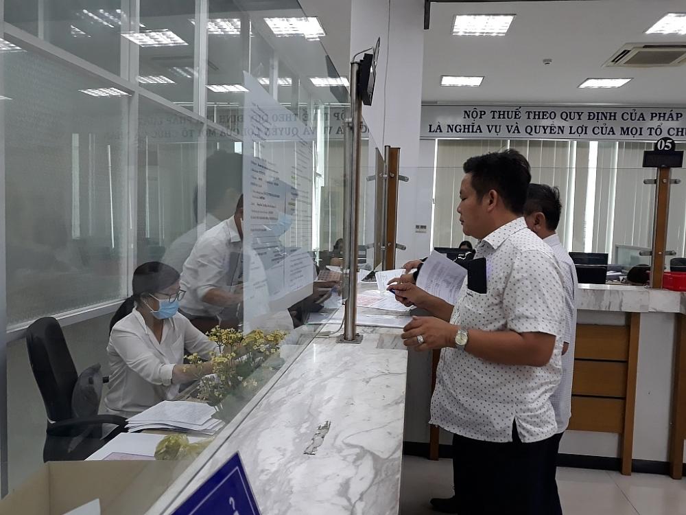 Người dân, doanh nghiệp thực hiện nghĩa vụ thuế tại cơ quan thuế của Đồng Nai. Ảnh: S.T