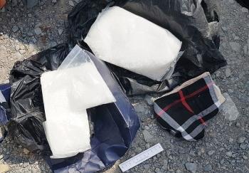Long An: Bắt giữ 2 đối tượng vận chuyển 5 kg ma túy đá