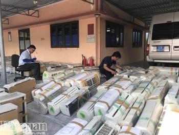 Photos: Bắt giữ hai xe tải chở hàng cấm tại Long An