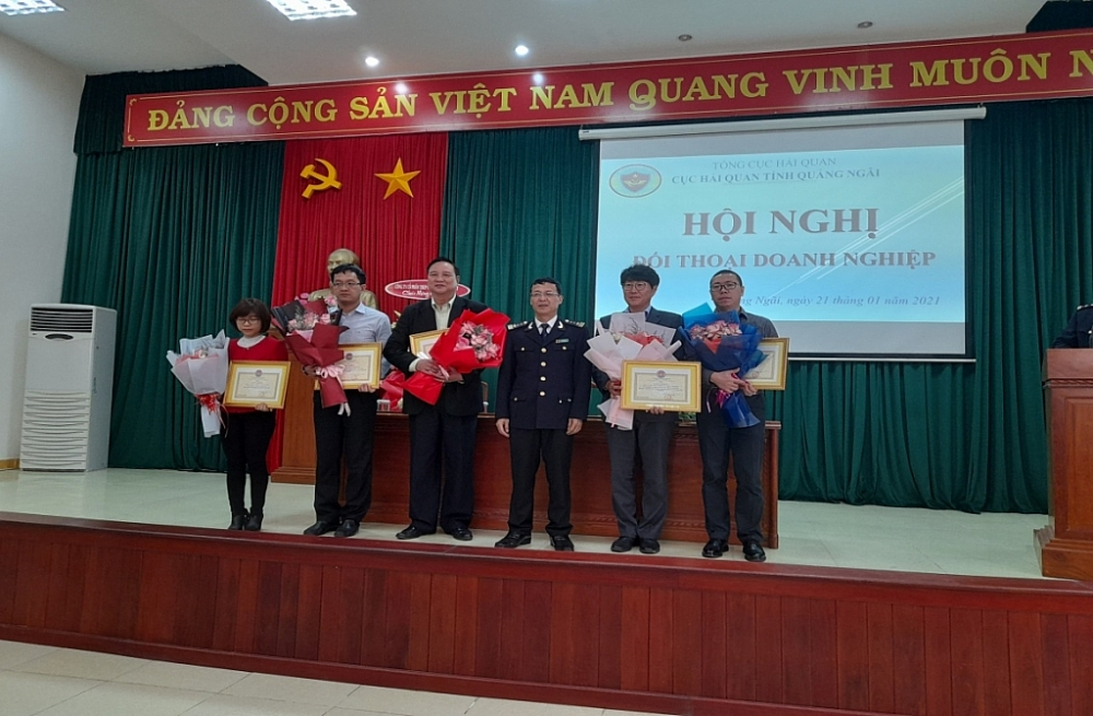 Cục Trưởng Vũ Văn Hải trao tặng giấy khen và quà cho các doanh nghiệp.