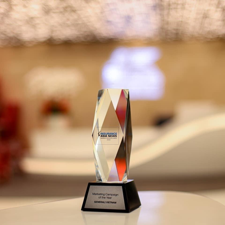"""Generali Việt Nam đoạt giải """"Chiến dịch Tiếp thị của Năm"""" do InsuranceAsia News trao tặng cho chiến dịch """"Sống Như Ý""""."""
