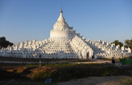 Vẻ đẹp thanh bình của Làng cổ Mingun ở Myanmar