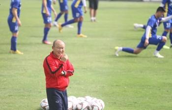 """Thầy Park chính thức """"vi hành"""" ở châu Âu, soi giò cầu thủ Việt kiều"""