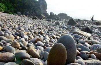 Kỳ thú bãi đá Mặt trăng trên đảo Quan Lạn