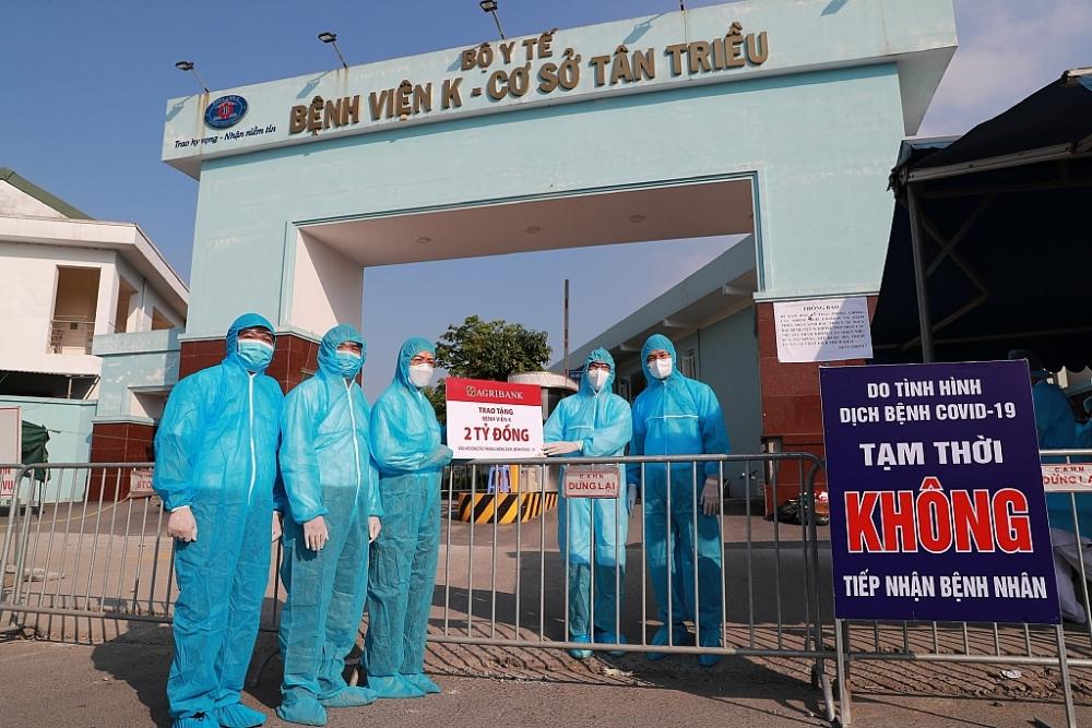 Đại diện Lãnh đạo Agribank trao kinh phí hỗ trợ phòng chống Covid-19 cho Bệnh viện K