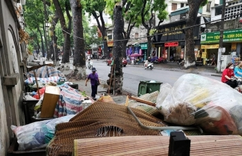 [Photo] Hà Nội: Rác sinh hoạt ùn ứ hàng dài trên nhiều tuyến phố
