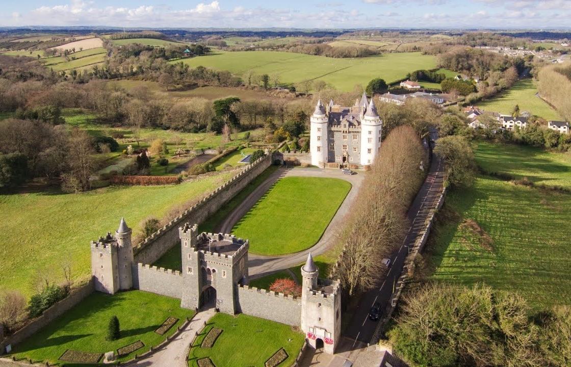 8 lâu đài cổ nhất thế giới