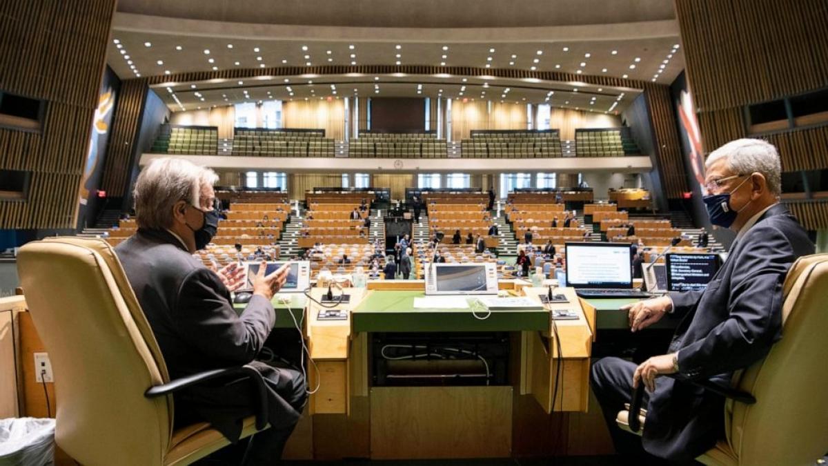 Tổng thư ký Liên Hợp Quốc Antonio Guterres (trái) và Chủ tịch Đại hội đồng Liên Hợp Quốc Volkan Bozkir trước phiên khai mạc ngày 21/9/2020. Ảnh: UN