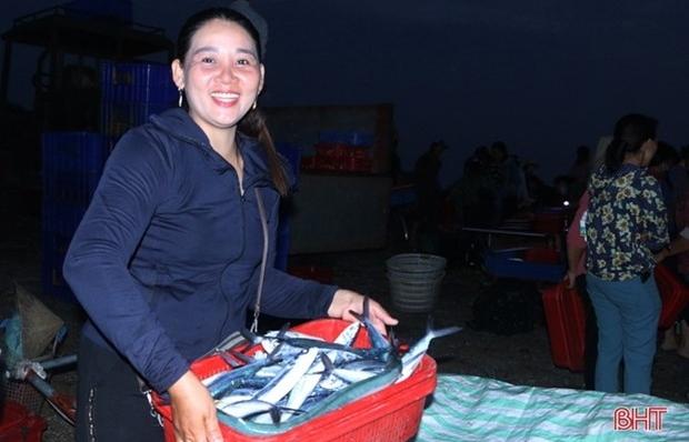 Về Hà Tĩnh, đi chợ cá độc đáo Cồn Gò, ngắm bình minh