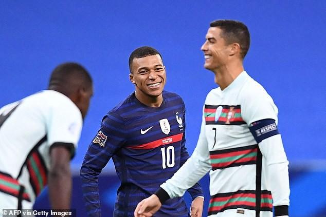 """Mbappe nhìn Ronaldo """"say đắm""""."""