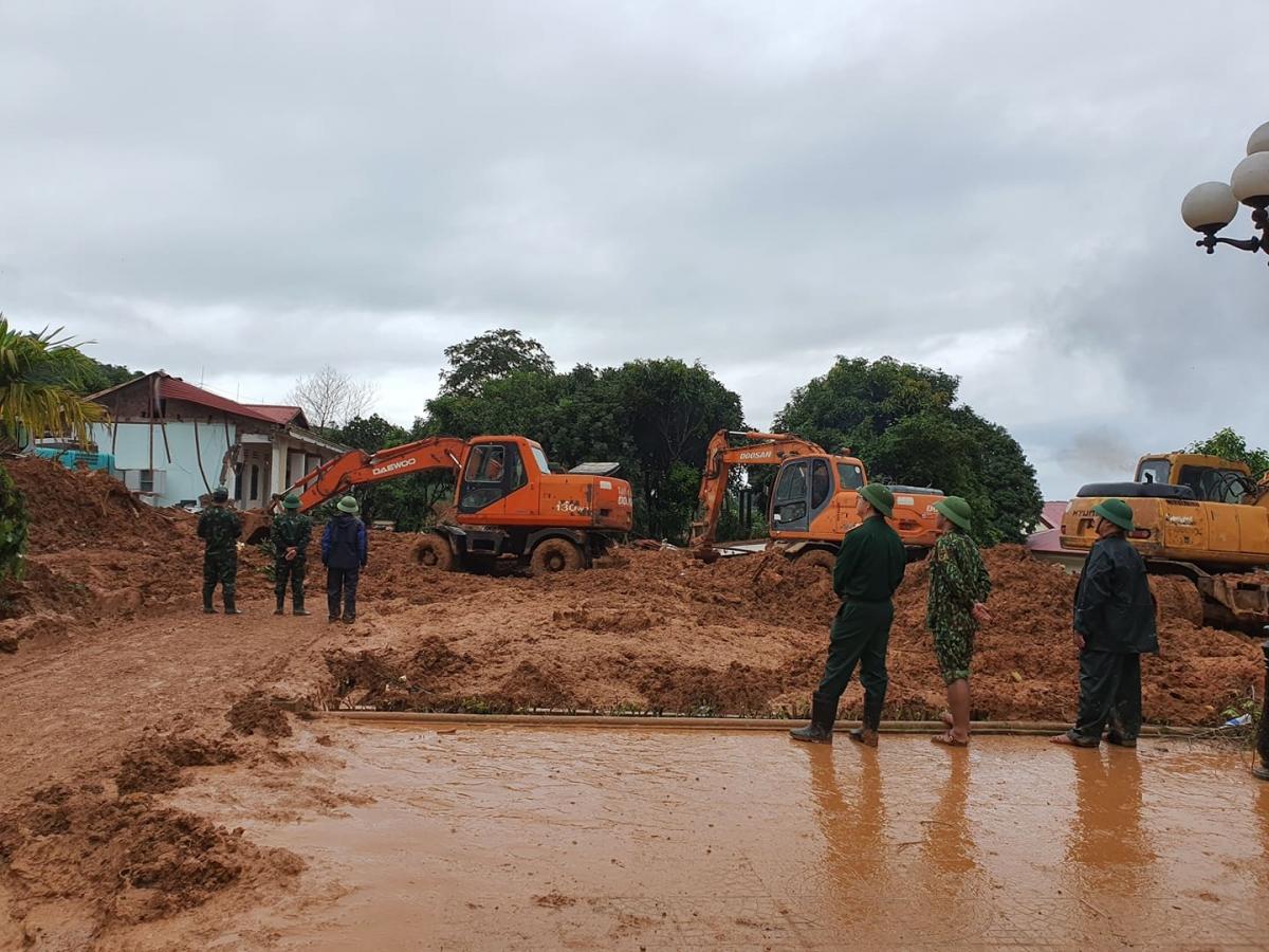 Sáng nay, các lực lượng của Quân khu 4 tiếp tục tìm kiếm những người còn mất tích trong vụ sạt lở núi ở Đoàn Kinh tế quốc phòng (KTQP) 337.