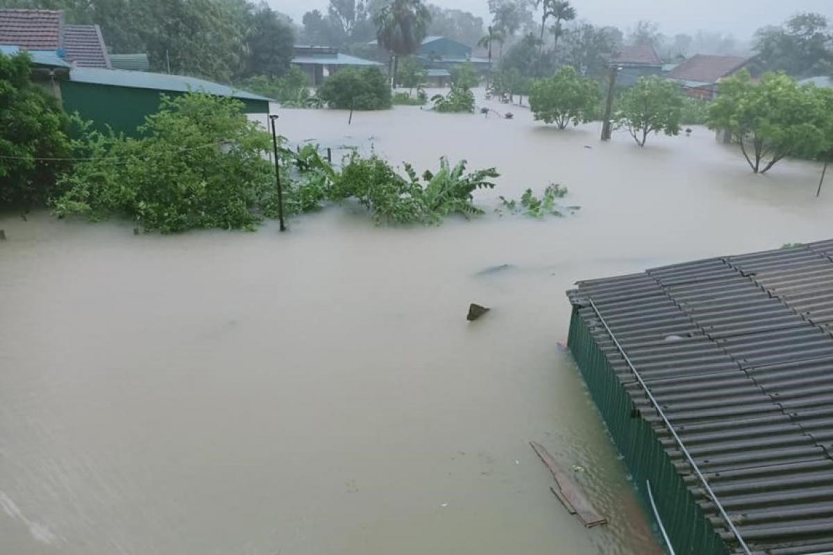 Nước mênh mông ngập nhà dân ở xã Cẩm Vịnh, huyện Cẩm Xuyên, Hà Tĩnh.