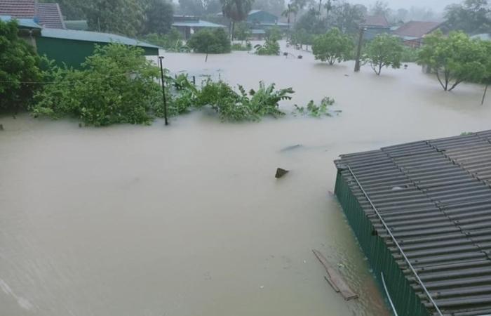 Nước lũ vẫn cao, nhiều người dân Hà Tĩnh chưa được cứu trợ