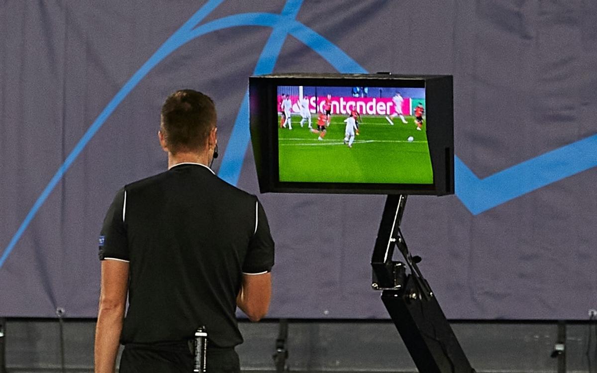 VAR từ chối bàn thắng của Real Madrid ở phút bù giờ cuối cùng (Ảnh: Getty).