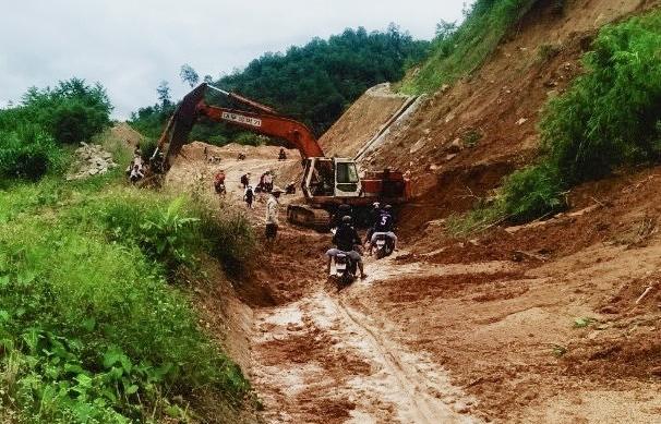 Đường sá ở miền Trung sạt lở, tan nát sau mưa bão