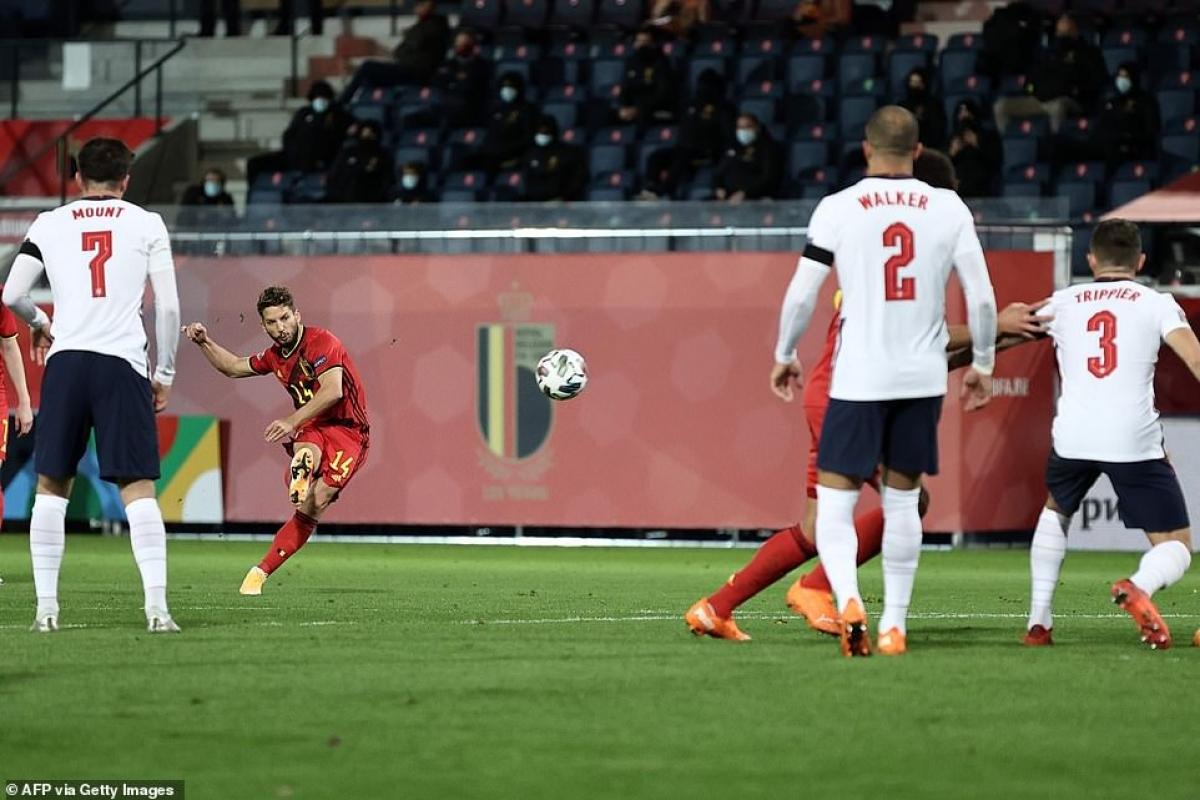 Dries Mertens sút phạt đẹp mắt ghi bàn cho ĐT Bỉ (Ảnh: Getty).
