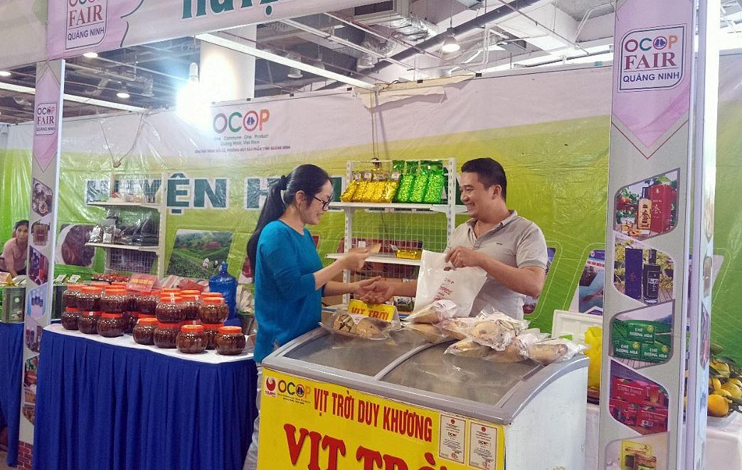 Vịt trời Duy Khương được bày bán tại Hội Chợ OCOP thu hút đông người mua.