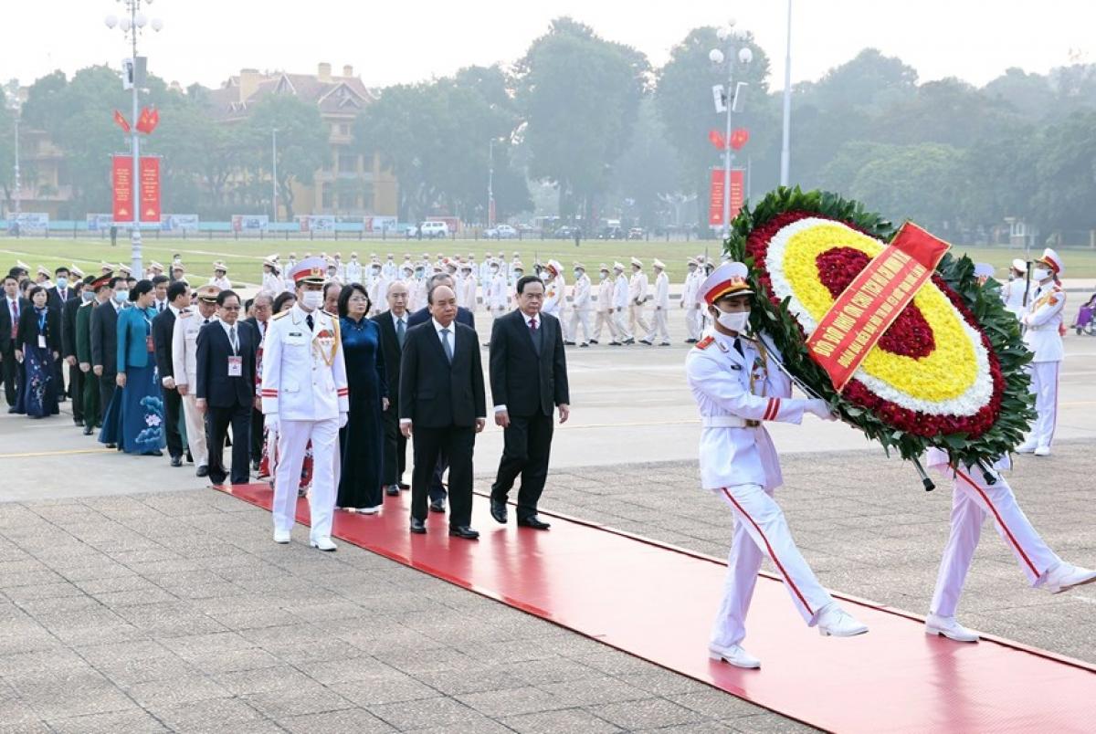Các đại biểu vào Lăng viếng Chủ tịch Hồ Chí Minh. Ảnh: TTXVN