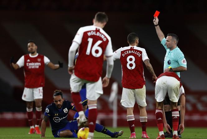 Arsenal đã phải nhận 3 chiếc thẻ đỏ ở 6 vòng đấu gần nhất