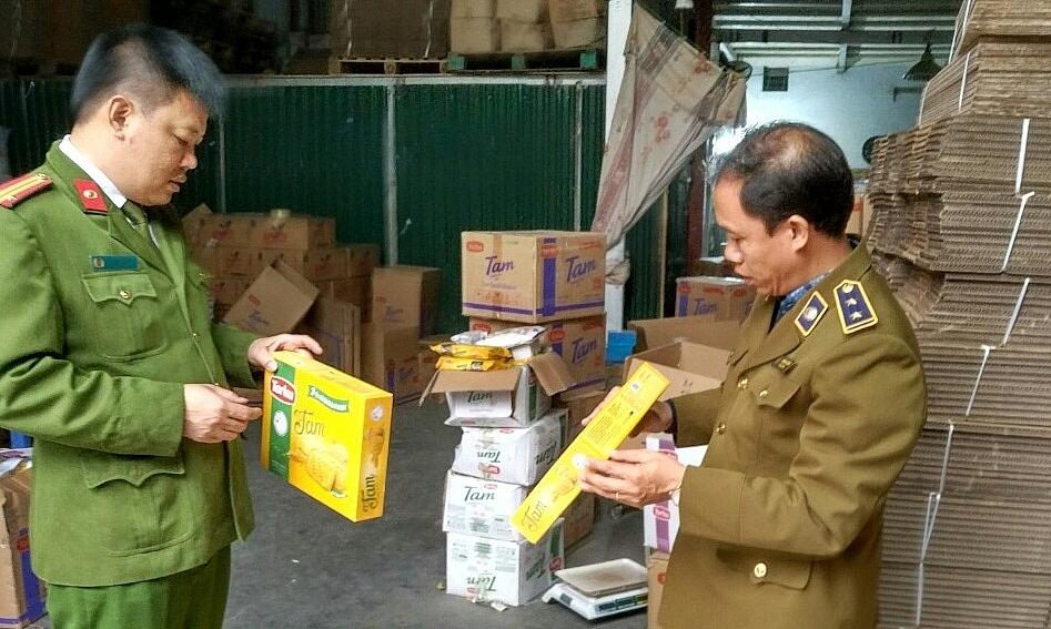 Lực lượng chức năng phối hợp kiểm tra hàng hóa vi phạm.