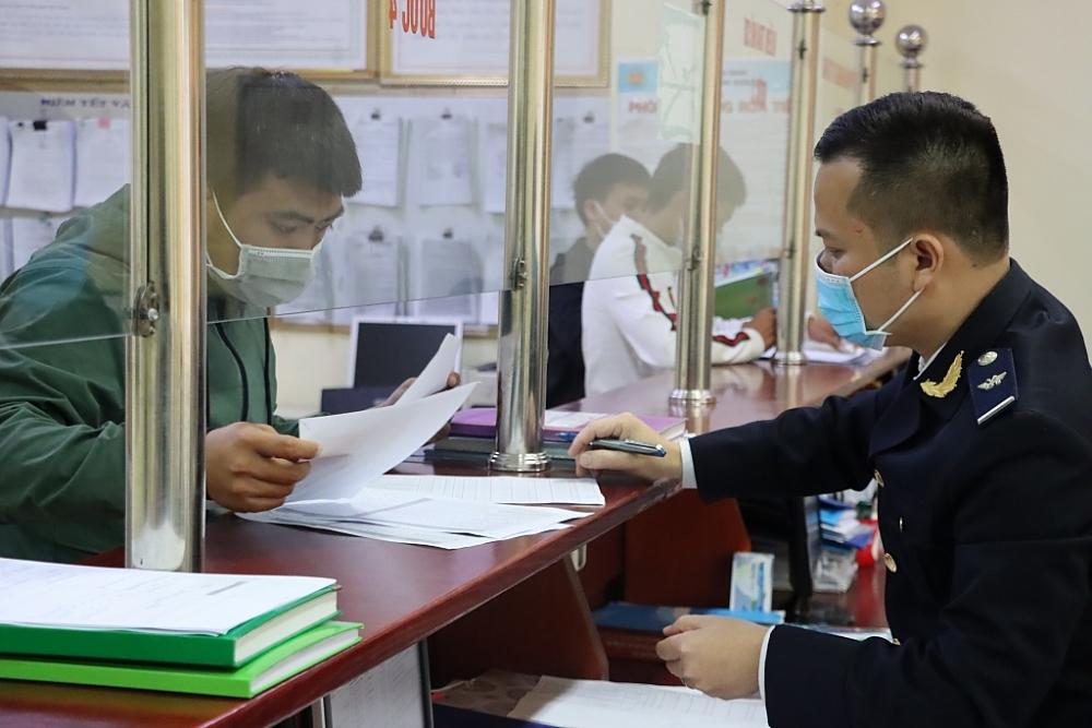 Cán bộ, công chức Hải quanQuảng Ninh hỗ trợ, giải đáp vướng mắc cho doanh nghiệp. Ảnh: Quang Hùng