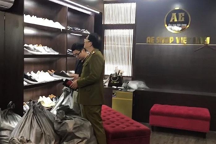 Lực lượng chức năng kiểm tra hàng hóa.