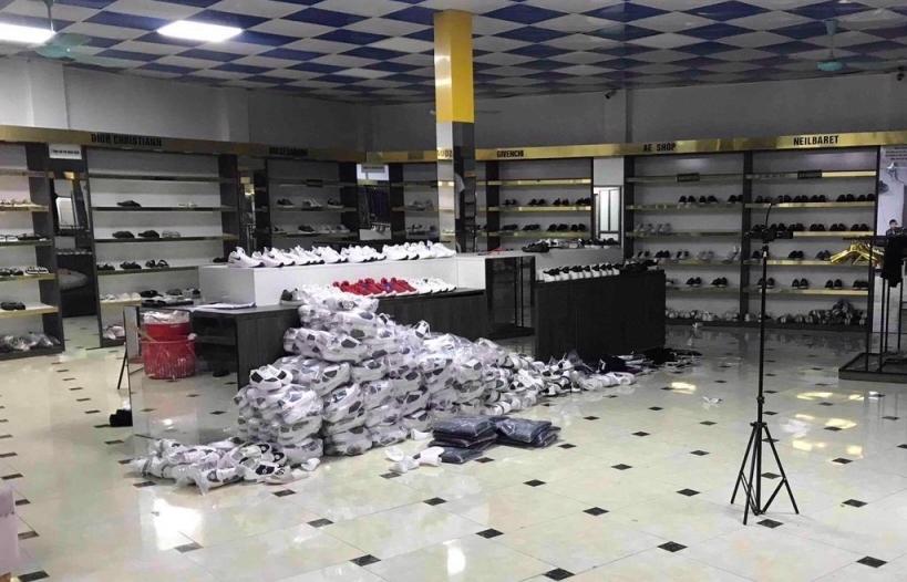 """Kiểm tra chuỗi cửa hàng """"AE Shop"""", """"lộ"""" 7.000 hàng hiệu """"dởm"""""""