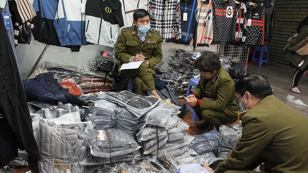 Lực lượng Quản lý thị trường kiểm tra cơ cở kinh doanh tại chợ Ninh Hiệp.