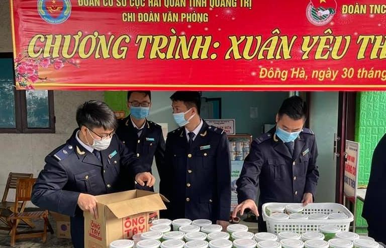 Thanh niên Hải quan Quảng Trị phát cháo, tặng quà cho bệnh nhân nghèo