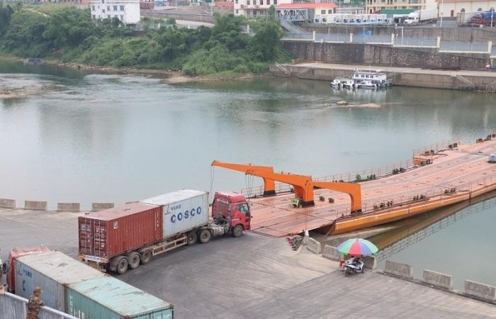 Móng Cái: Lô hàng nhập khẩu đầu tiên thông quan qua lối mở Km 3+4