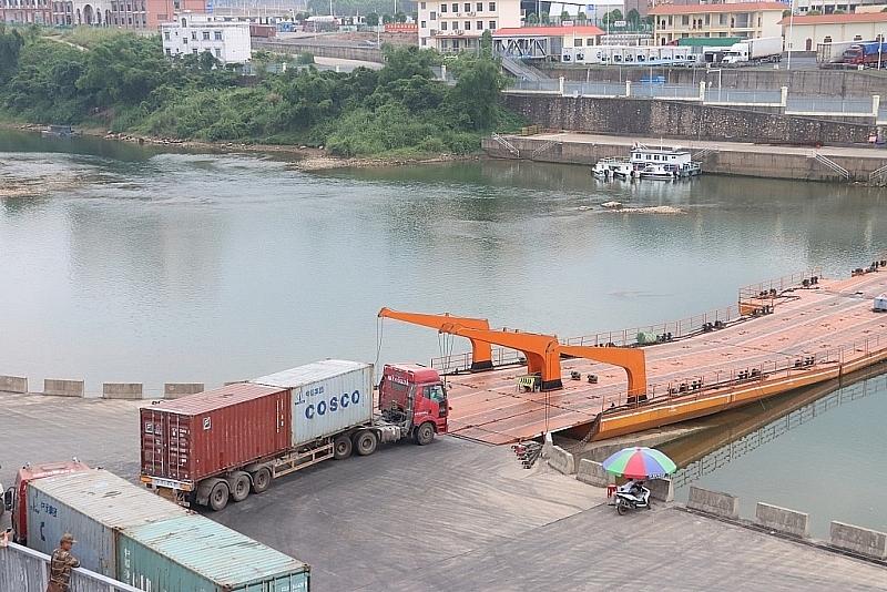 Hoạt động xuất nhập khẩu hàng hóa qua khu vực cầu phao, lối mở Km3+4. Ảnh: Q.H