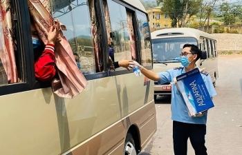Thanh niên Hải quan Quảng Trị phát cơm, nước miễn phí cho khách nhập cảnh