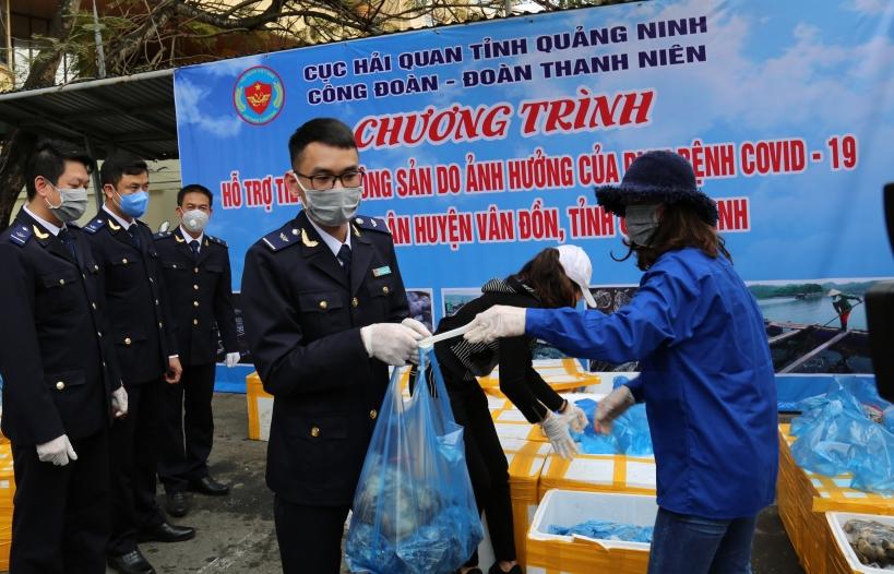Hải quan Quảng Ninh hỗ trợ tiêu thụ hơn 3 tấn hàu, ngao cho bà con huyện Vân Đồn
