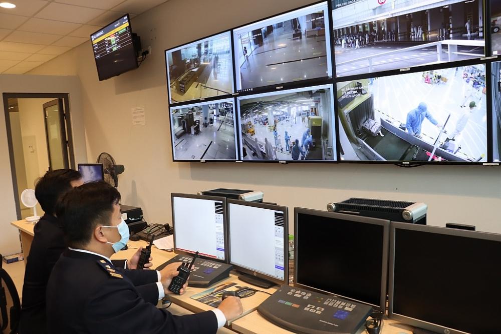 Hoạt động nghiệp vụ của Tổ Công tác Hải quan sân bay Van Đồn ngày 17/1/2021. Ảnh: Q.H