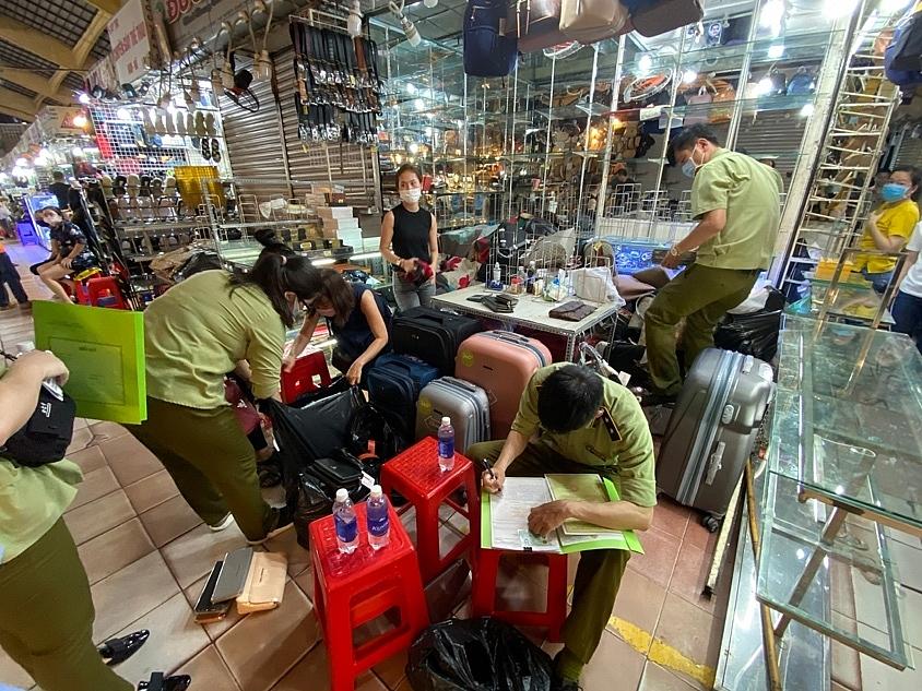 QLTT Tp.HCM tiến hành kiểm tra, tạm dữ hàng chục ngàn sản phẩm vi phạm tại chợ Bến Thành.