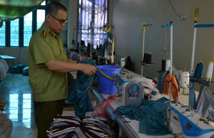 Phanh phui cơ sở sản xuất quần áo giả mạo nhãn hiệu nổi tiếng tại Hưng Yên