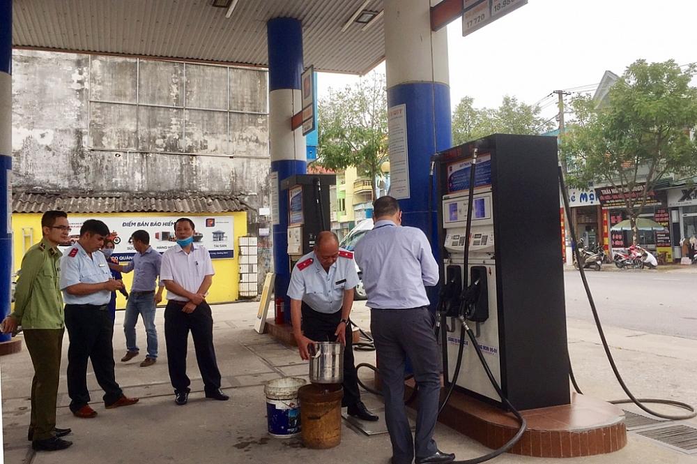 Đoàn Thanh tra liên ngành kiểm tra một cửa hàng kinh doanh xăng dầu.