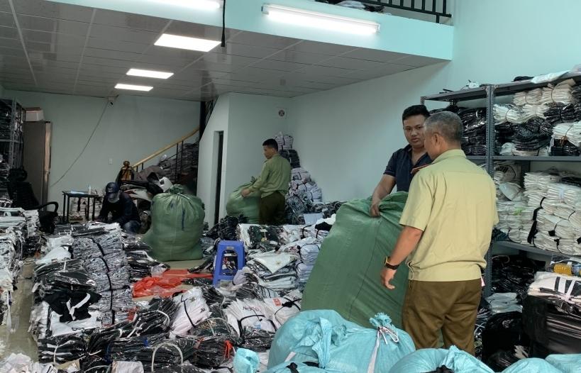 Phá kho chứa quần áo giả mạo nhãn hiệu LV, Gucci, Nike