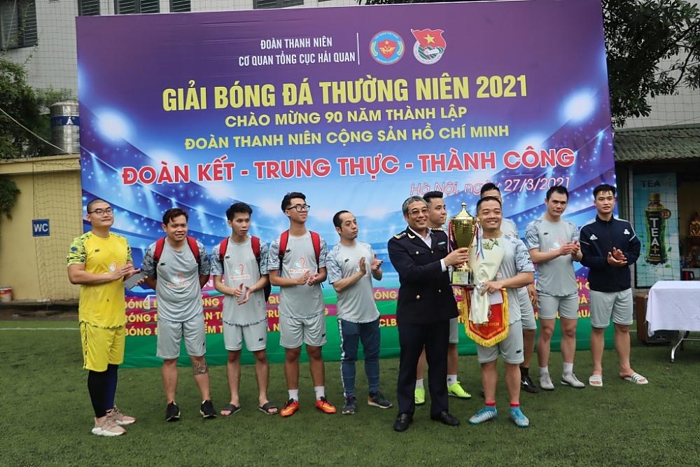 Ông Kim Long Biên, Ủy viên Ban Chấp hành Đảng ủy cơ quan Tổng cục Hải quan trao giải Nhất cho đội Bóng Công ty TNHH Đức Quang. Ảnh: Q.H