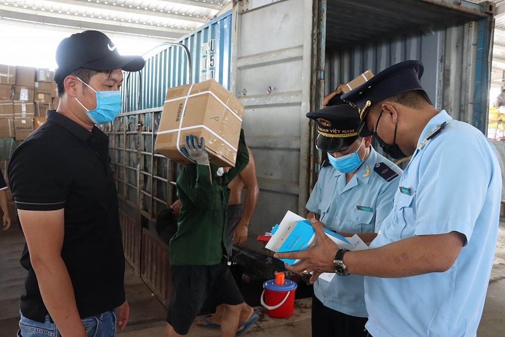 Công chức Chi cục Hải quan cửa khẩu Móng Cái kiểm tra hàng hóa nhập khẩu qua cầu Bắc Luân II. Ảnh: Q.H
