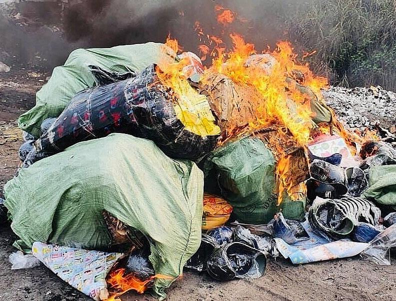 Lực lượng chức năng tổ chức tiêu hủy hàng hóa vi phạm.