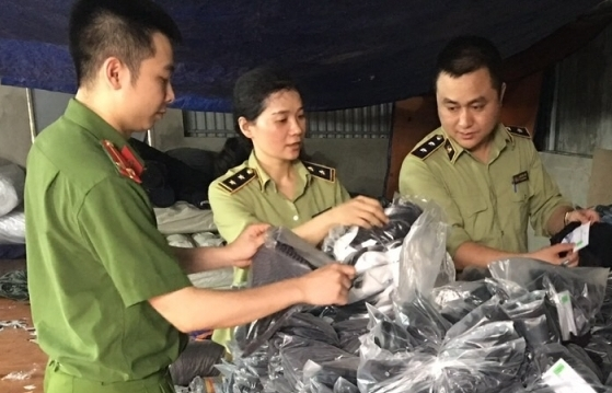 Phát hiện xưởng sản xuất quần áo giả mạo tại Hà Nam