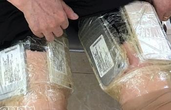 Một phụ nữ Trung Quốc quấn quanh đùi 20 chiếc điện thoại không giấy tờ