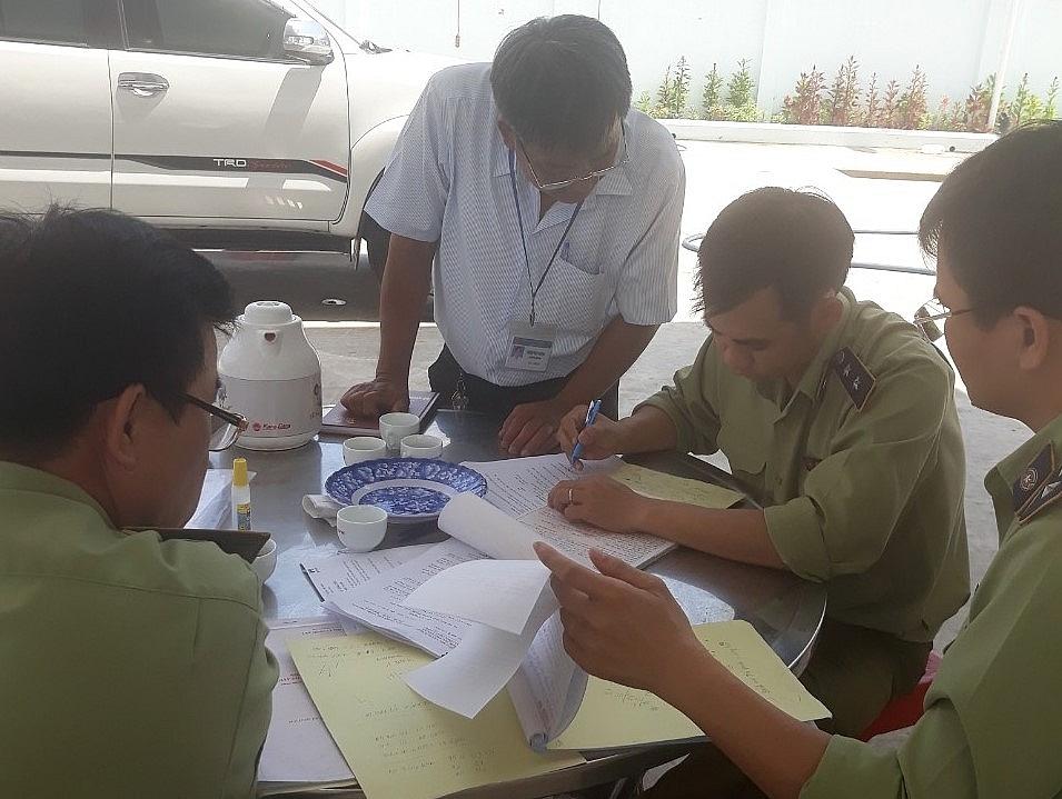 Lực lượng QLTT làm việc với đại diện công ty.