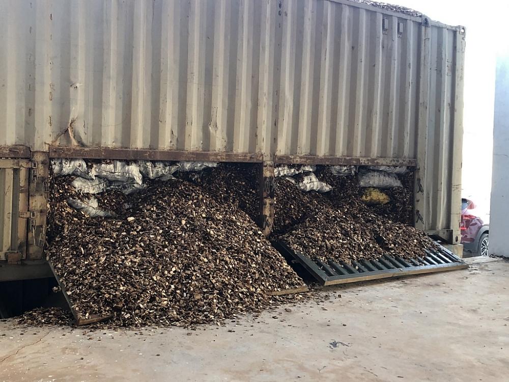 Than được đóng thành bao xếp bên trong lớp dăm gỗ.