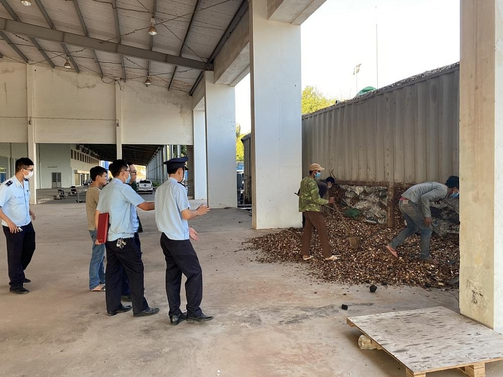 Lực lượng chức năng tổ chức khám xét hàng hóa.