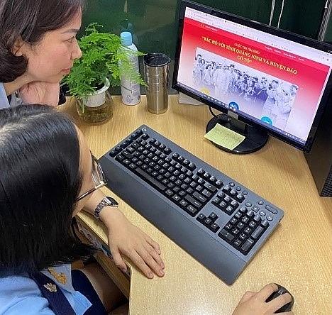 Cán bộ, công chức Hải quan Quảng Ninh trả lời câu hỏi trên hệ thống.